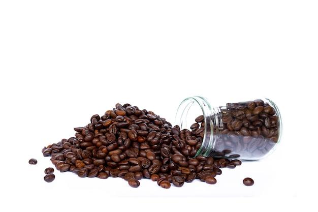 Grain de café isolé sur fond blanc.