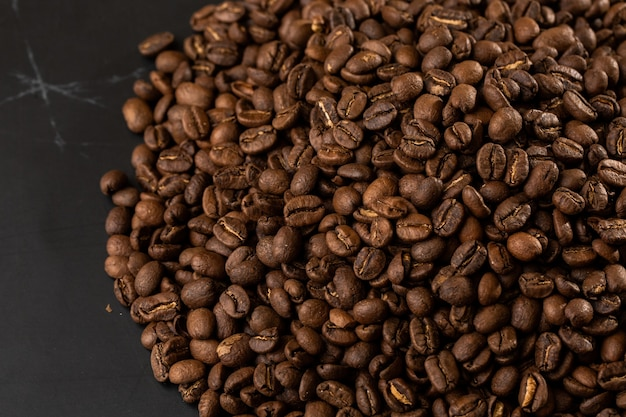 Grain de café isolé. photo en gros plan. grain de café isolé. photo en gros plan. vue de dessus. fond de grains de café torréfiés