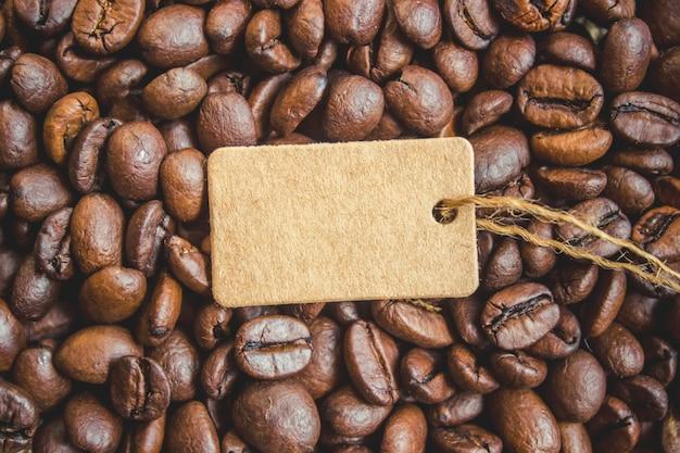 Grain de café. une tasse de café. mise au point sélective.