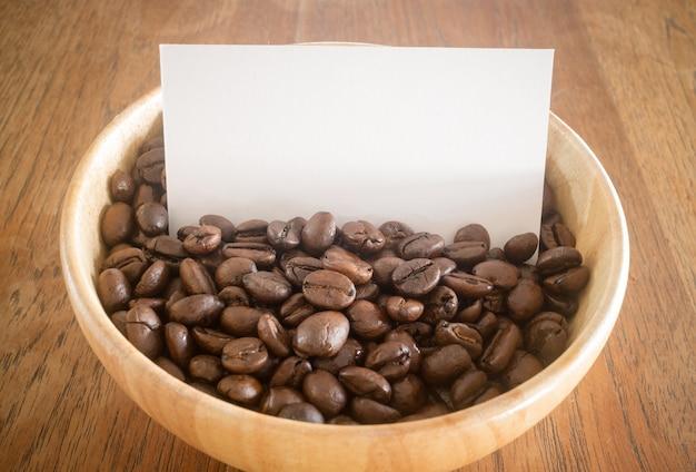 Grain de café torréfié et carte de visite