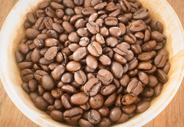 Grain de café torréfié dans un bol