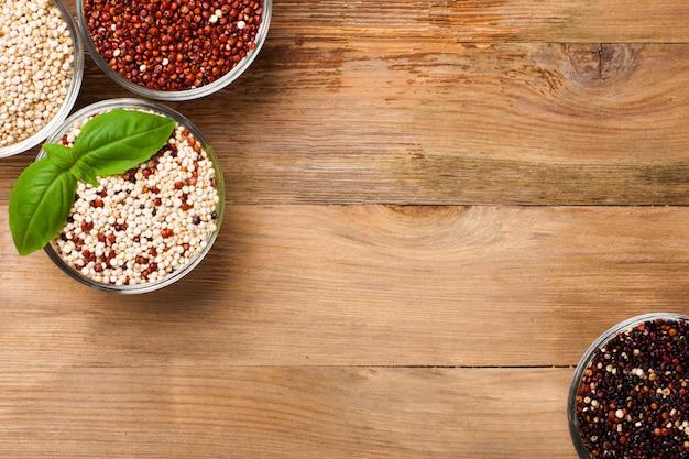 Grain de quinoa brut blanc, rouge, noir et mélangé