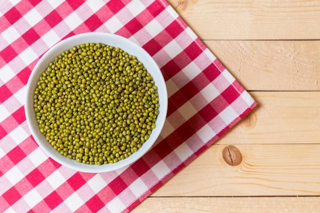 Graine de haricot vert sur la table.