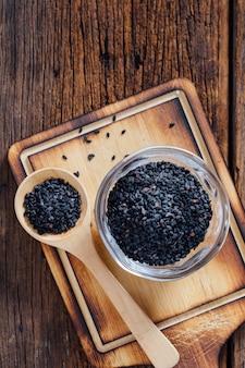 Graine de pavot sur table en bois