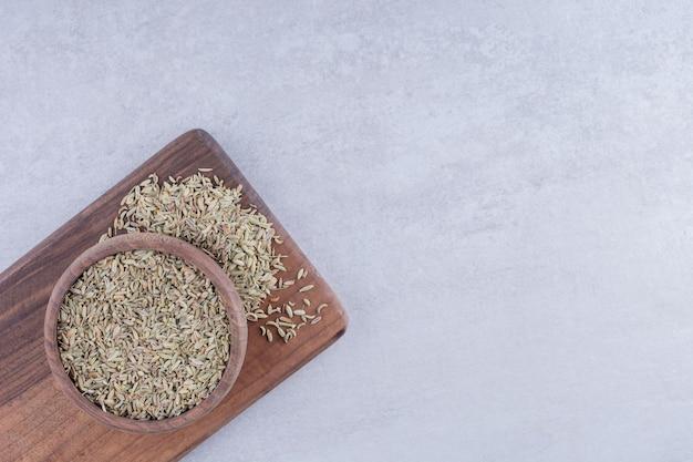 Graines d'anis sec vert dans une assiette sur fond de béton. photo de haute qualité