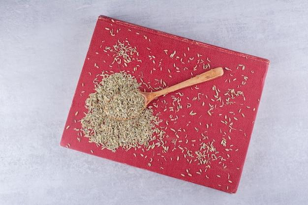 Graines d'anis séchées sur un plateau sur fond de béton. photo de haute qualité