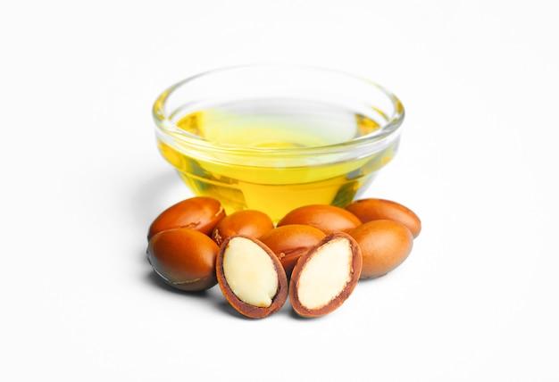 Graines d'arganier isolées sur une surface blanche. concept d'huile d'argan et de noix d'argan.
