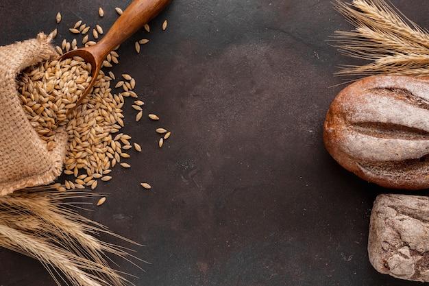 Graines de blé et pain à plat