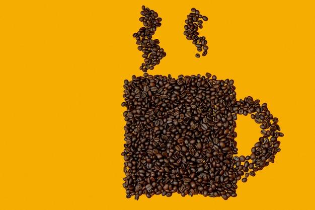 Graines de café en forme de tasse sur fond jaune