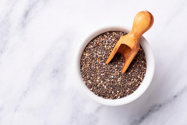 Graines de chia en bonne santé dans un bol