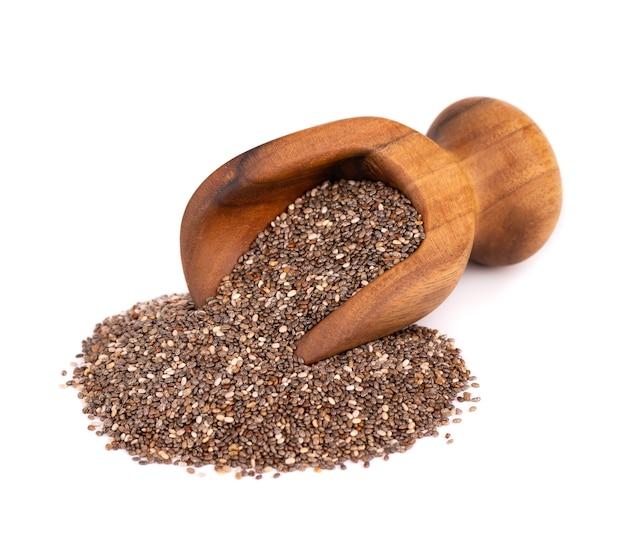 Graines de chia en cuillère en bois, isolé sur fond blanc. superaliments sains. graines de chia biologiques.