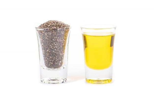 Graines de chia et huile de chia sur fond blanc. huile de graines de chia biologique. superaliment