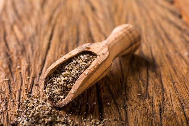 Graines de chia moulues dans une cuillère en bois