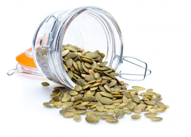 Graines de citrouille (graines pelées) (collection de diverses noix). fermer. isolé