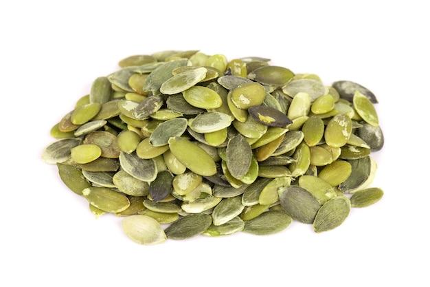 Graines de citrouille isolés sur fond blanc. graines de pepita vertes.