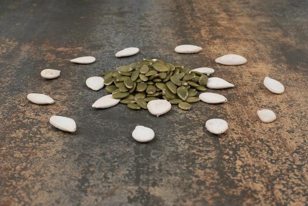 Graines de citrouille sur mur de marbre.
