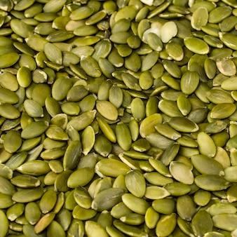 Graines de citrouille vertes pelées. contexte. format carré.