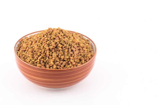 Graines de fenugrec dans un bol isolé