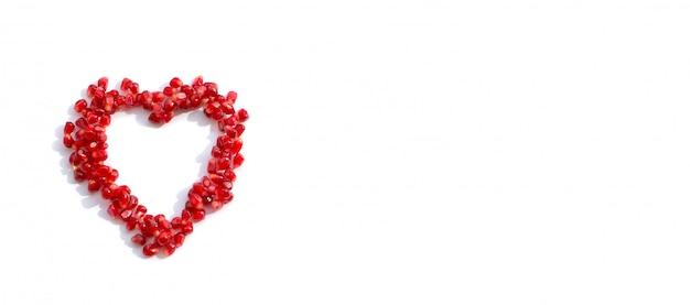 Graines de grenade dispersées en forme de coeur