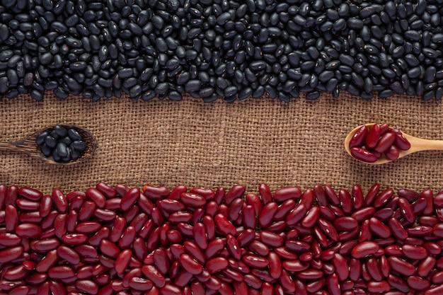 Graines de haricot bicolores placées sur un plancher de bois brun.