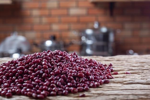 Graines de haricots rouges sur un fond en bois dans la cuisine