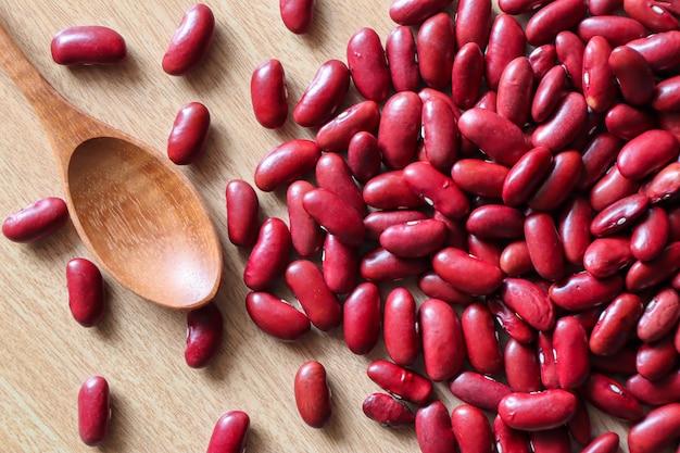 Les graines de haricots rouges sont des céréales utilisées depuis longtemps, les haricots rouges, les graines sur un tissu marron clair
