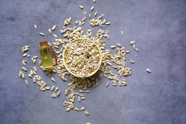Graines et huiles de fleur de soleil sur la table