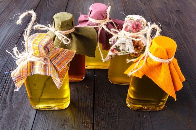 Graines et huiles utiles pour la santé (lin, sésame, tournesol, olives, noix, arachides). bois