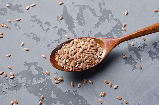 Graines de lin dans un bol en bois