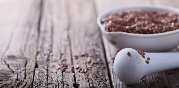 Graines de lin dans un bol en porcelaine blanche