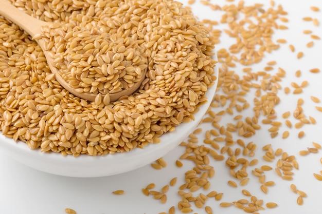 Graines de lin dorées dans un bol, refermées