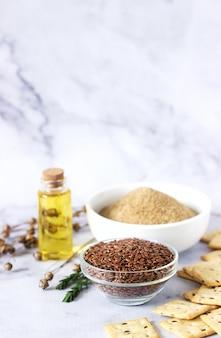 Graines de lin, farine de lin, beurre et craquelins avec des germes et des capsules de lin