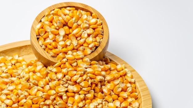 Graines de maïs sur un bol en bois