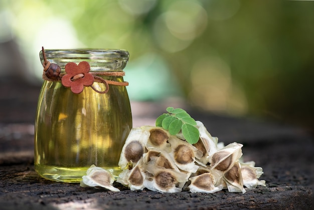 Graines de moringa et huile sur la nature.