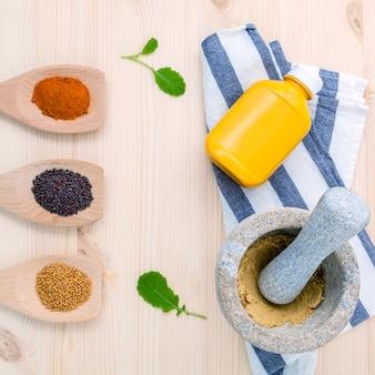 Graines de moutarde séchées noires et jaunes.