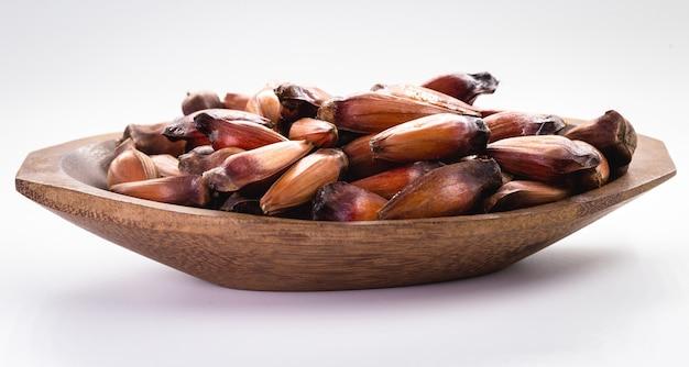 Graines de noix de pin sur fond blanc isolé. graine du fruit de l'arbre araucaria