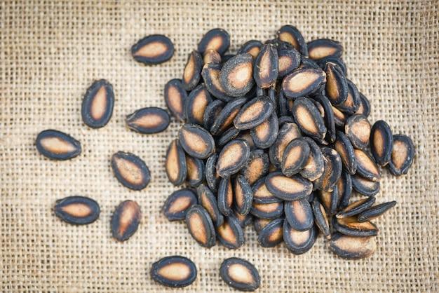 Graines de pastèque sur le sac - bouchent les graines de pastèque séchées avec du sel pour la nourriture ou une collation