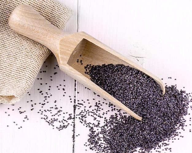 Les graines de pavot dans une cuillère en bois
