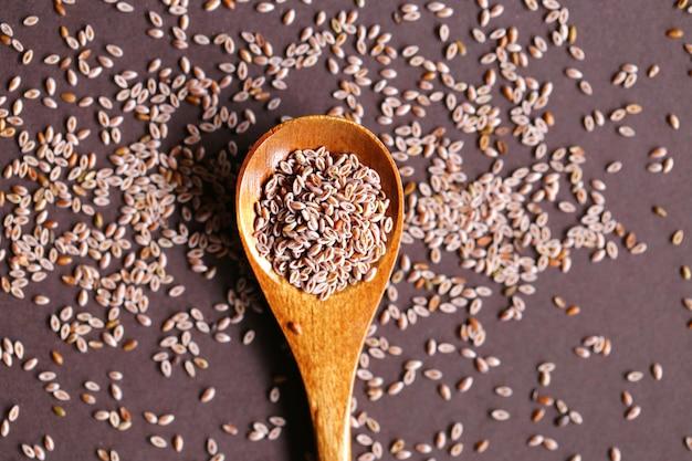 Graines de plantain indien sur fond brun foncé