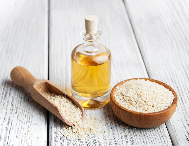 Graines de sésame et bouteille d'huile