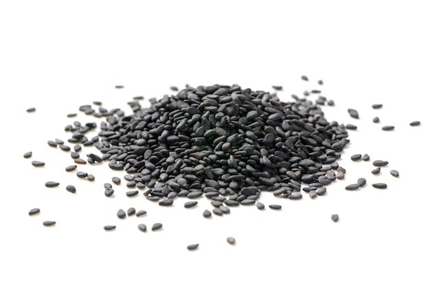 Graines de sésame noir isolés sur fond blanc