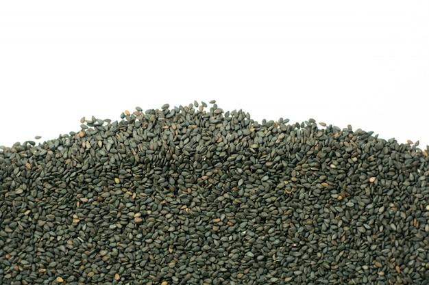Graines de sésame noires isolés sur fond blanc
