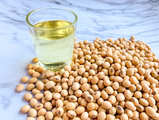 Graines de soja avec un verre d'huile