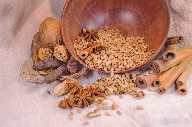 Graines de tournesol anis étoilé haricots cannelle noix sur la table closeup