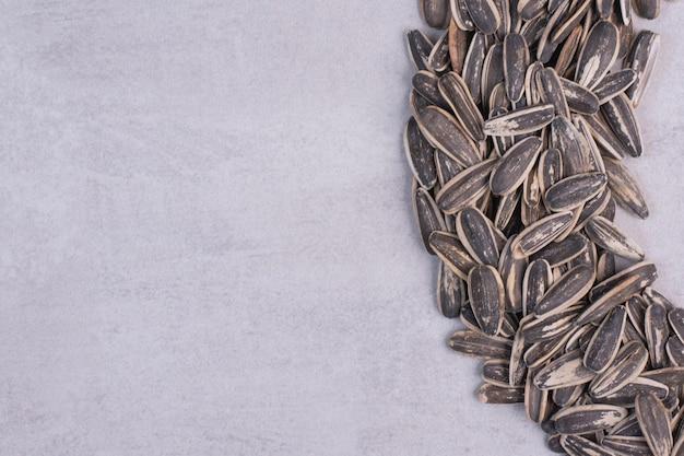 Graines de tournesol fraîches et savoureuses sur tableau blanc