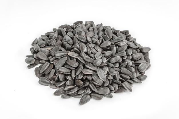 Les graines de tournesol s'accumulent contre le blanc.