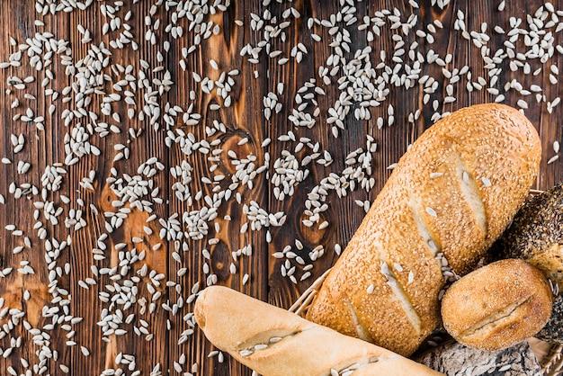 Graines de tournesol se répand sur la table avec des pains