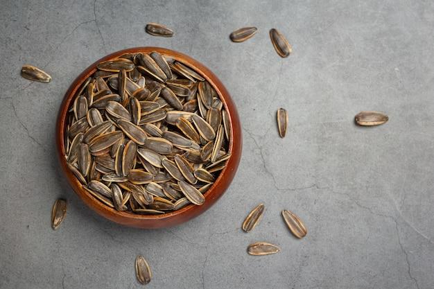 Les graines de tournesol sont placées sur le tableau noir.