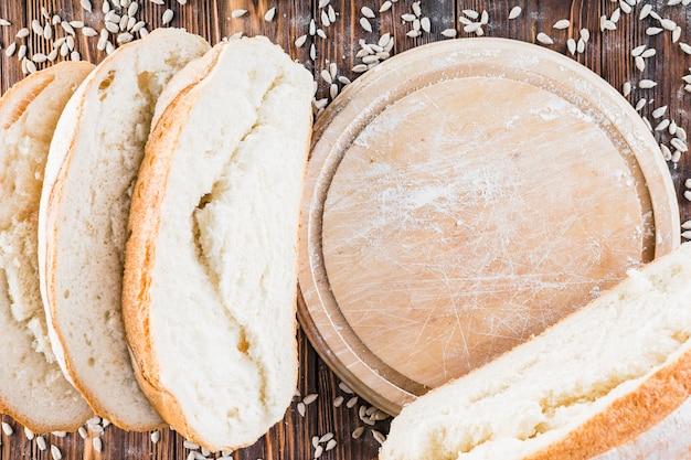 Graines de tournesol et tranches de pain au four sur la table en bois