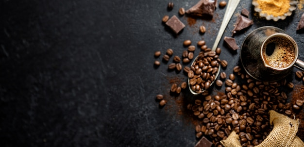 Grains de café avec accessoires pour la préparation du café